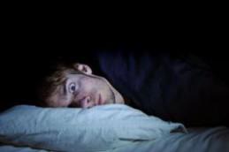Сон со светом опасен