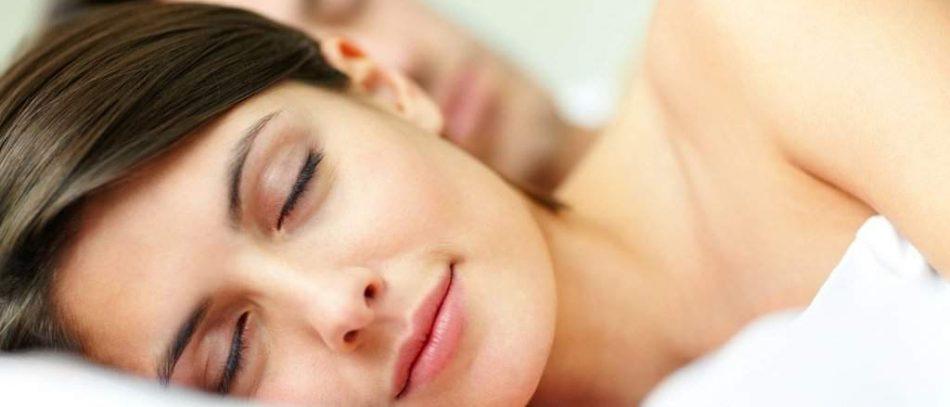 Врачи объяснили, почему лучше спать без одежды